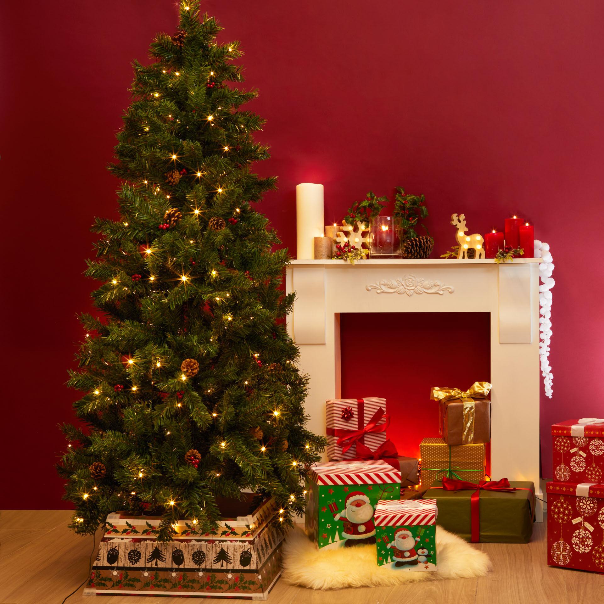 Sapin de Noël avec lumières, pommes de pin et baies rouges, , large
